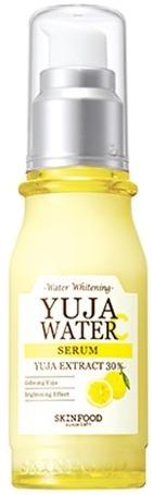 Осветляющая ампульная сыворотка с витамином С Skinfood Yuja Water SerumИнновационная линейка ухаживающих средств на основе японского цитрона Yuja от Skinfood вернет коже молодость и яркость. Высококонцентрированная сыворотка Water Serum содержит компоненты только растительного происхождения, которые эффективно ухаживают и восстанавливают клетки. Высокая проникающая способность средства мгновенно активирует процессы регенерации клеток, стимулирует выработку коллагена и усиливает кожное дыхание. Средство защищает клетки от негативного воздействия агрессивных факторов окружающей среды, температурных колебаний и стрессов. Легкая текстура не оставляет следов липкости и жирности, способствует усилению эластичности и дарит коже матовость с утра и до позднего вечера.<br>Экстракт японского цитрона Юдзу на 40% больше содержит витамина С, который дарит коже заряд бодрости и здоровья. Помогает бороться с инфекциями, устраняет жирный блеск, сужает расширенные поры и глубоко очищает кожу от скопившихся токсинов и шлаков.<br>Ниацинамид обладает антибактериальными, ранозаживляющими и регенерирующими свойствами. Контролирует работу сальных желез, укрепляет тонкие стенки сосудов, предотвращает образование покраснений и высыпаний. Заполняет и разглаживает морщинки.Объём: 50 мл.Способ применения:На предварительно очищенную и тонизированную кожу нанесите 2 – 3 капли средства и распределите по проблемным зонам. Может использоваться в качестве дневного и ночного ухаживающего продукта.<br>